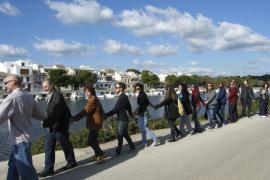 Una gran cadena humana se enlaza en Portocolom contra las agresiones al litoral