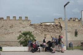 Técnicos de Patrimonio analizan el derrumbe de la muralla medieval de Alcúdia