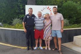 Un hombre se reencuentra un año más con los policías locales de Calvià que le salvaron la vida