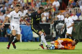 Dos penaltis tras la expulsión de Cristiano dan el triunfo a la Juventus ante el Valencia