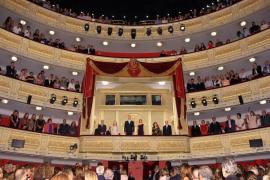 Los lazos amarillos tensan la apertura de la temporada del Teatro Real de Madrid