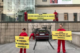 Greenpeace 'lanza' un coche contra el Reina Sofía para reclamar que los vehículos contaminantes estén en museos en 2028