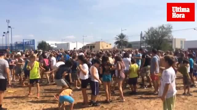 Binissalem se lanza 8.000 kilos de uva en la Festa dels Trepitjadors