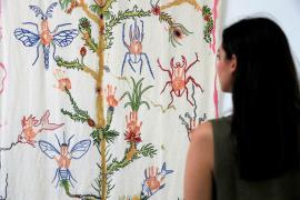 Una exposición muestra los bordados de la madre de Miquel Barceló sobre los dibujos del pintor