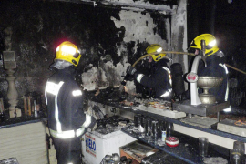 Los bomberos sofocan un incendio que provocó cuantiosos daños en  un bar de Can Pastilla