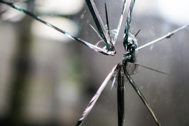 Muere un niño de 11 años tras cortarse en su casa con unos cristales