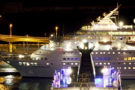 Una ola de grandes dimensiones provoca dos muertos y seis heridos en un crucero