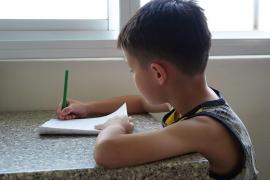 Un niño le pinta un mapa al ratoncito Pérez para que le deje dinero