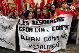 Unas 150 personas piden al Govern que pague a las residencias de la tercera edad