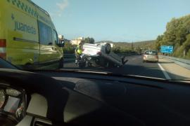 Un coche volcado provoca un monumental atasco en la autopista de Andratx