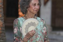 La reina Sofía se suma en Menorca a la campaña de recogida de residuos en el mar