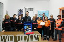 La venta de pulseras solidarias mejora el equipamiento de Protección Civil