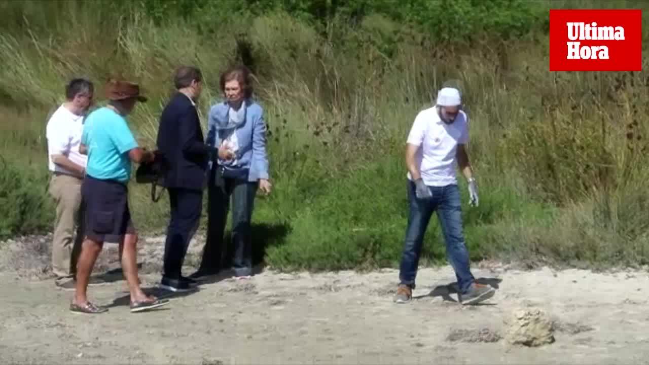 La Reina Sofía participa en Menorca en una campaña de recogida de residuos marinos