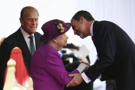 Isabel II y su mano postiza para saludar