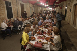 Unas 18.000 personas llenan Binissalem en el 'sopar a la fresca dels fideus de vermar'