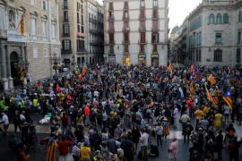 La plaza Sant Jaume de Barcelona amanece ocupada