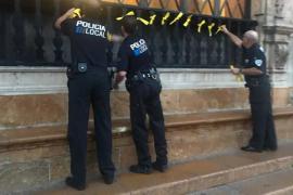 Cuelgan lazos amarillos en la fachada del Ayuntamiento de Palma