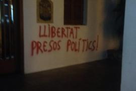 Aparecen pintadas en apoyo a los políticos catalanes presos en Formentera