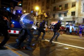 Los Mossos cargan para dispersar a los concentrados ante el Parlament y la Jefatura de Policía