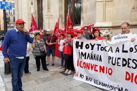Protesta a la puertas del Consell por los despidos de los auxiliares de servicio de Raixa