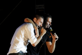 Andy y Lucas reprochan durante un concierto a una concejal de fiestas que vaya «ciega perdida»