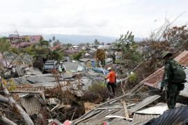 Más de mil personas siguen bajo los escombros y el barro en Indonesia tras el terremoto
