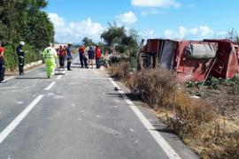 Dos bomberos hospitalizados tras sufrir un accidente en la carretera sa Pobla-s'Albufera