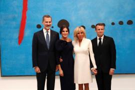 Los Reyes visitan junto a Macron y su esposa una exposición de Miró en París