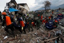 Rescatan a 31 menores atrapados tras el seísmo en Indonesia
