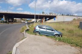 Buscan a un conductor fugado tras un accidente en la rotonda de Son Moix