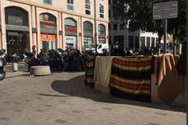 Acampada frente al Mercado del Olivar