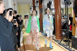 Un grupo de alumnos de la Escola de Disseny, en la semana de la moda de París