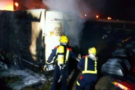 Un incendio calcina 21 motocicletas y una furgoneta en un recinto de Formentera