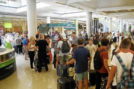 Las agencias denuncian a las aerolíneas por subir precios con el descuento del 75 %