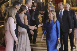 Zarzuela precisa que pidió a Sánchez y a su esposa «permanecer» con los Reyes