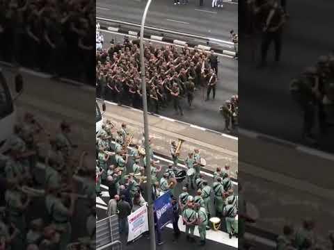 La legión baila al ritmo de 'Paquito el chocolatero'