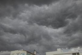Educació pide a los centros que extremen las precauciones ante la alerta por lluvias «fuertes y muy fuertes»