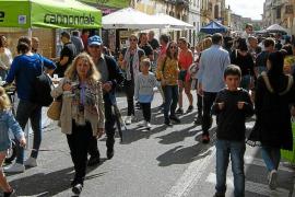 La lluvia da una tregua al sol para celebrar en las calles la tradicional Fira d'Octubre de Campos