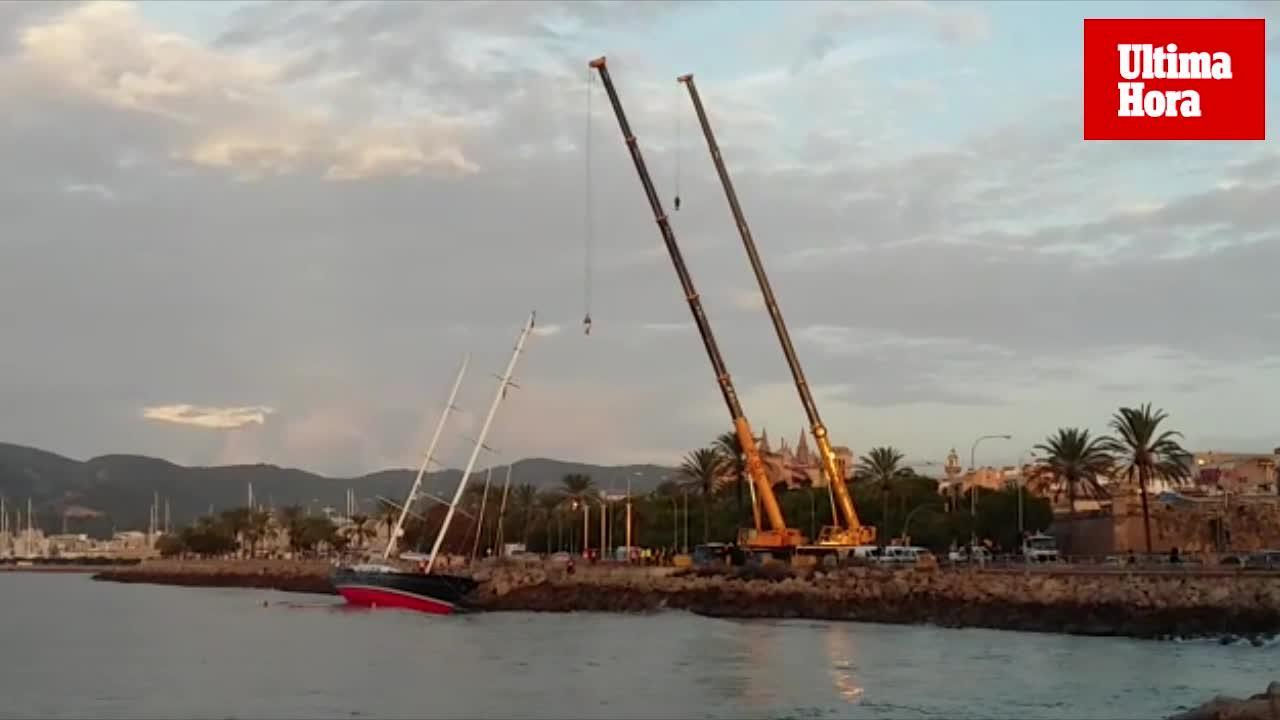 Comienzan las labores de rescate del velero varado en el Paseo Marítimo de Palma