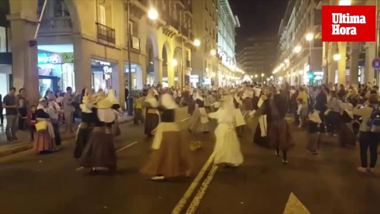 El tradicional carro de la Beata cautiva a su paso por las calles de Palma