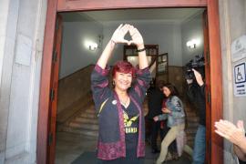 Nina Parrón se sienta en el banquillo acusada por el líder de los padres separados