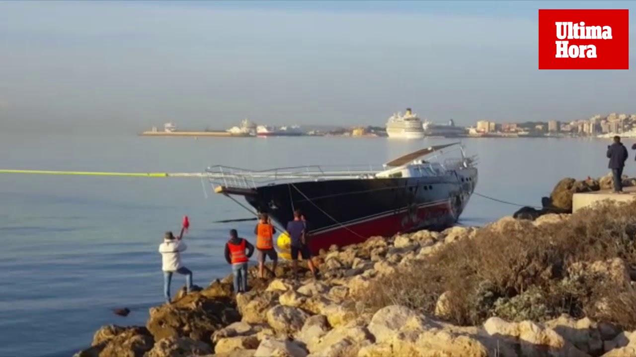 Remolcan al velero varado en el Paseo Marítimo