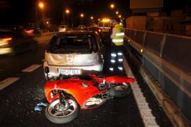 Hospitalizado un motorista tras sufrir una colisión contra un coche en Palma
