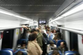 Los usuarios del tren denuncian la «situación insostenible» en las horas punta