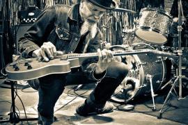 El vocalista y guitarrista de swamp blues Walter Parks actúa junto a Big Yuyu en el Underground