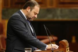 El ministro de Fomento rompe a llorar en el pleno del Congreso por la muerte de Carmen Alborch