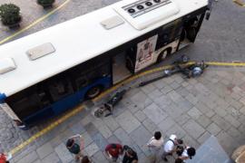 Un autobús de la EMT derriba una farola de Cort