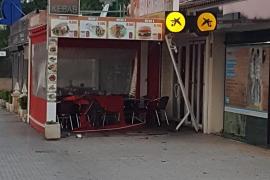 Un coche se estrella contra la terraza de un restaurante en Son Ferrer