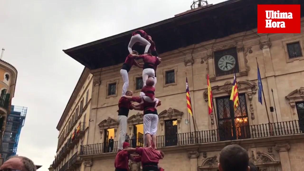 Los 'castellers' desafían a la lluvia en la plaza de Cort de Palma