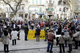 Más de 200 personas protestan en Sóller por el recorte de plazas públicas en la residencia